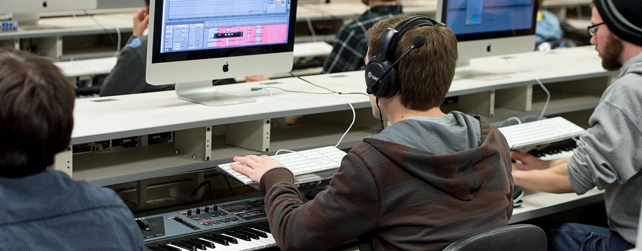 Student records music from a keyboard on a computer